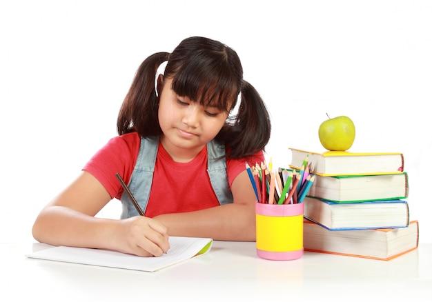 Schulmädchen schreibt etwas