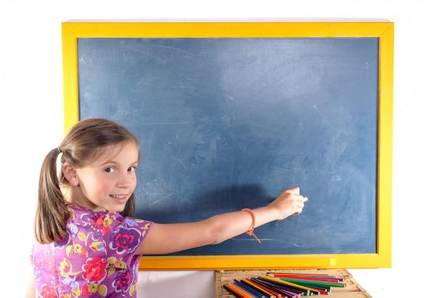 Schulmädchenschreiben auf einer tafel