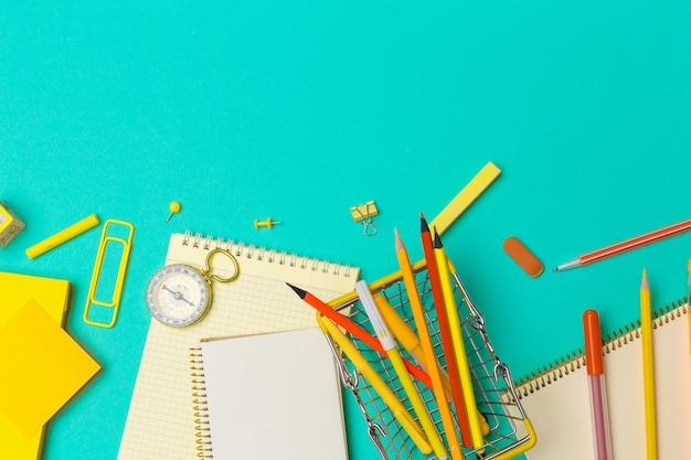 Schulmaterial auf buntem papier