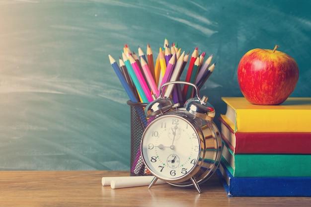 Schulmaterial auf dem hintergrund der schulbehörde