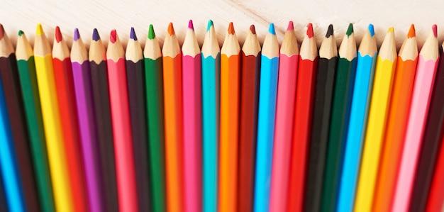 Schulmaterial auf dem schreibtisch, zurück in die schule