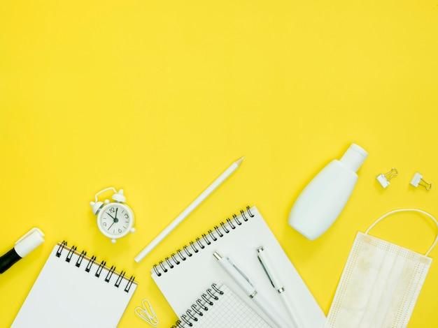 Schulmaterial auf gelbem hintergrund