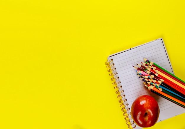 Schulmaterial auf gelber oberfläche