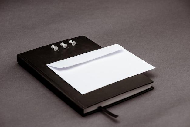 Schulmaterial auf grauem tisch