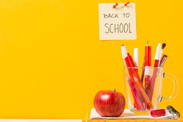 Schulmaterial auf orangefarbenen hintergrund