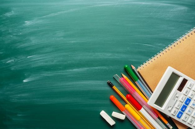 Schulmaterial auf tafel