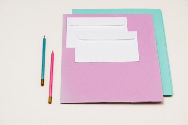 Schulmaterial auf weißem tisch