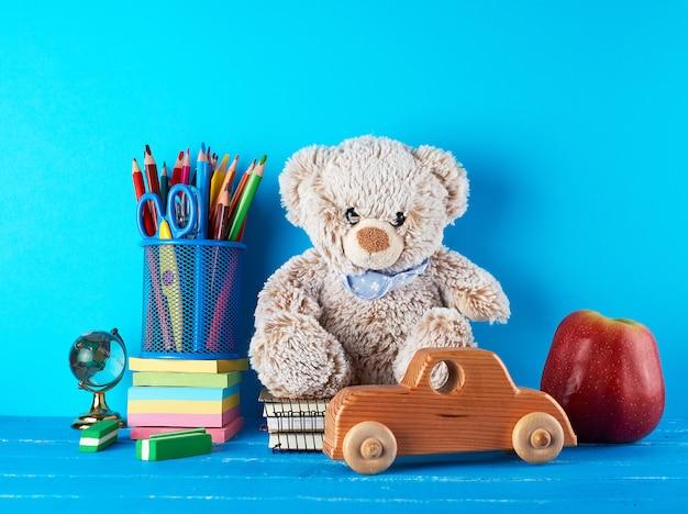Schulmaterial: notizbuch, bleistifte, aufkleber, schere