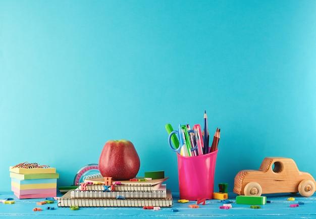 Schulmaterial: notizbuch, bleistifte, aufkleber