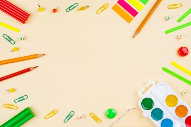 Schulmaterial und aquarelle auf gelb