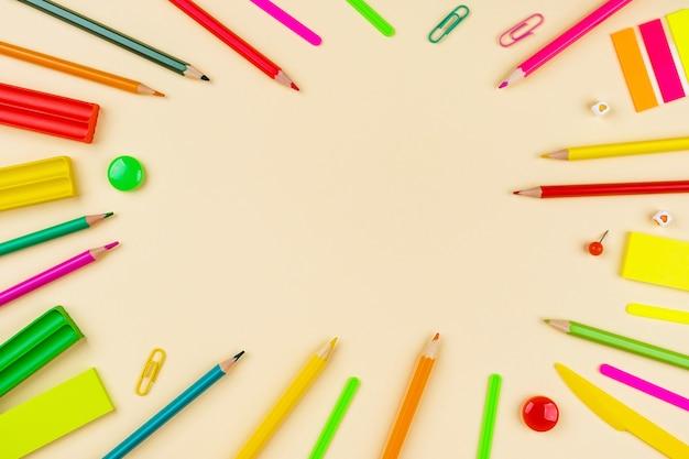 Schulmaterial und bleistifte auf gelb