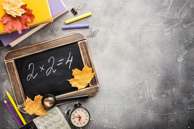 Schulmaterial und tafel