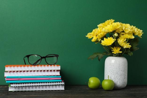 Schulmaterial und vase mit blumen, platz für text