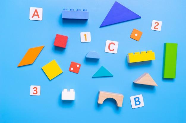 Schulpädagogisches spielzeug und stationäres für mathe- und alphabetkonzept