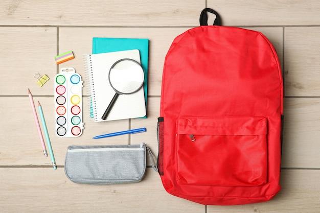 Schulrucksack und schulmaterial draufsicht