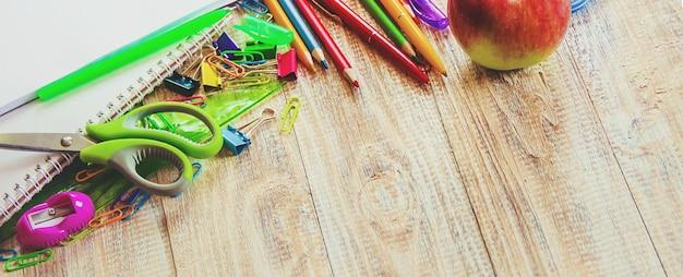 Schulsachen. es ist zeit, in die schule zu gehen. tiefenschärfe.