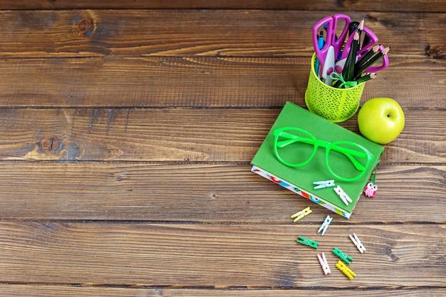 Schulsachen für kinder. hintergrund. ansicht von oben