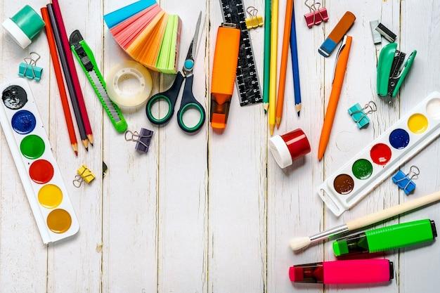 Schulsachen oder büromaterial an einer holzwand