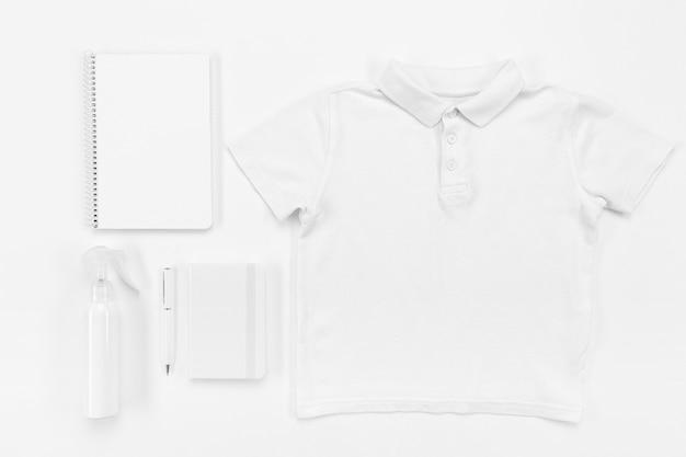 Schulsachen und hemdanordnung