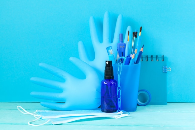Schulsachen und medizinische maske, händedesinfektionsmittel für den schulanfang