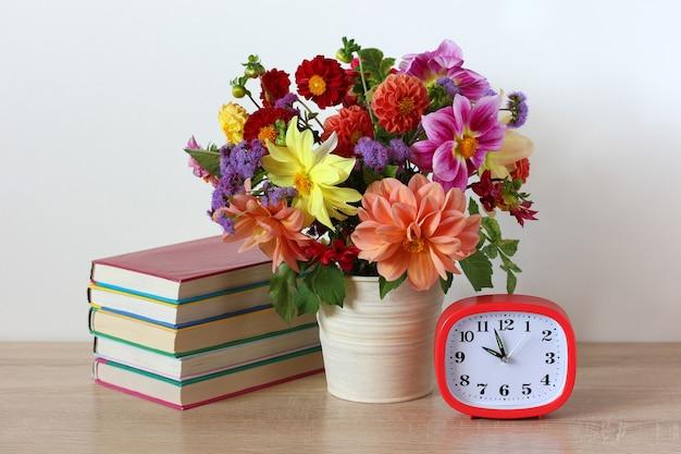 Schulstillleben tag des wissens zentrale komposition mit blumenstrauß und lehrbüchern auf dem tisch zurück in die schule am 1. september