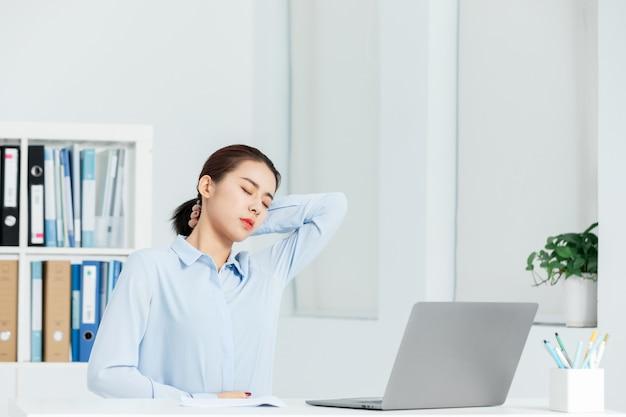 Schulterschmerzen der geschäftsfrau in einem büro