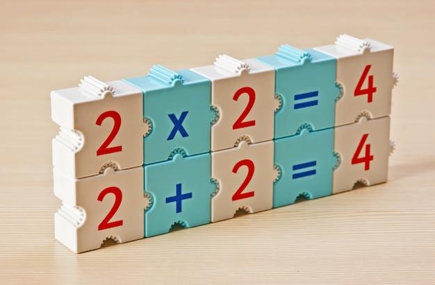 Schulwürfel mit mathematischen problemen auf dem tisch