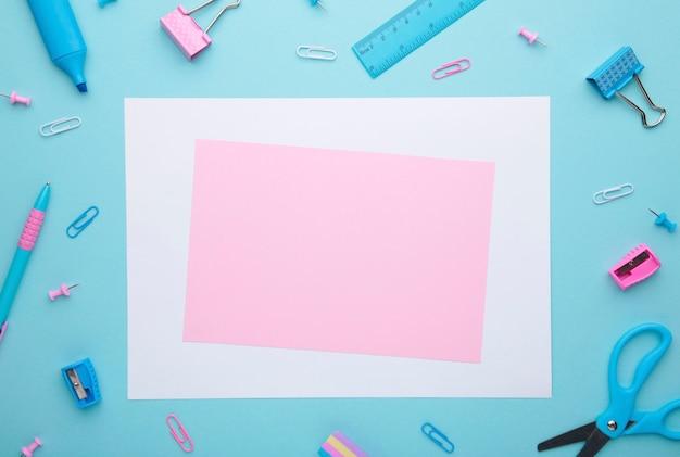 Schulzubehör auf blauem hintergrund mit kopienraum. zurück zu schulkonzept minimalismus