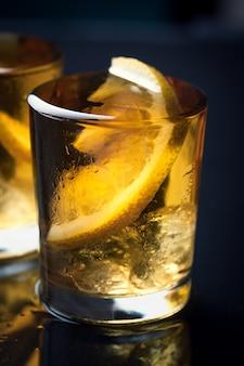 Schuss alkohol mit zitronenscheibe