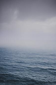 Schuss des ozeans an einem nebligen tag