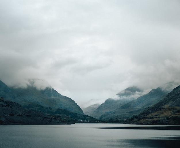 Schuss des schönen sees, neblige berge im hintergrund
