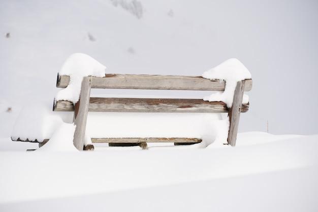 Schuss einer mit schnee bedeckten bank