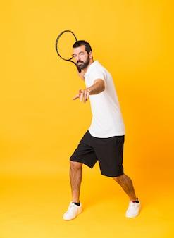 Schuss in voller länge des mannes tennis über lokalisiertem gelb spielend