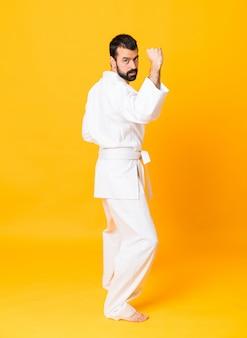 Schuss in voller länge von mandoing karate über lokalisiertem gelb