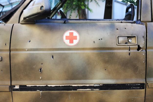 Schuss krankenwagen am ort der feindseligkeiten. einschusslöcher in metall.
