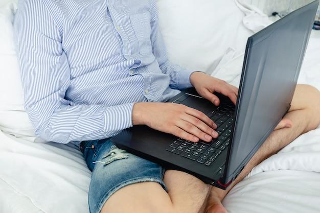 Schuss von händen, die auf laptop tippen