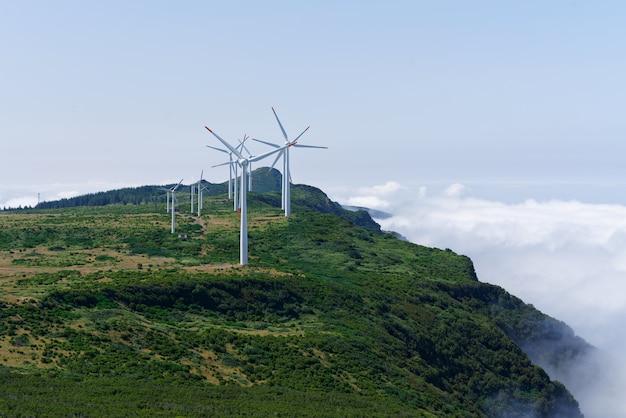 Schuss von windkraftanlagen auf den bergen
