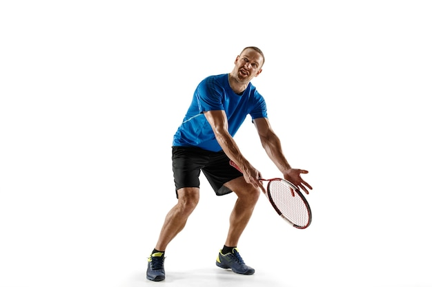 Schuss weit. gestresster tennisspieler, der mit schiedsrichter, schiedsrichter, linienrichter oder richter am hof argumentiert. menschliche emotionen, niederlage, absturz, misserfolg, verlustkonzept. athlet isoliert auf weiß