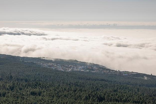 Schusswolken und -berg des hohen winkels von oben