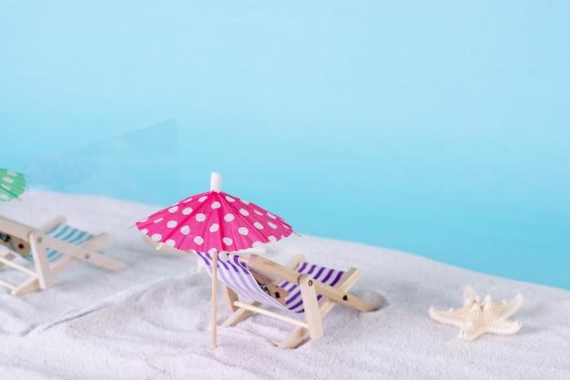 Schutz am strand. liegestühle durch glastrennwände auf sand getrennt. soziale distanzierung.