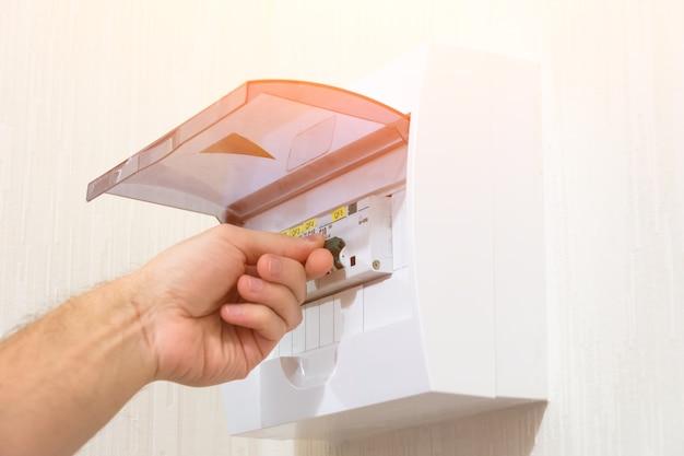 Schutz der elektroinstallation einstellung der schalttafel, einschalten von hand.