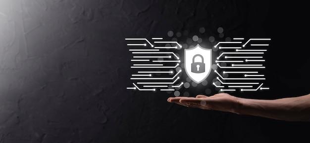 Schutz des netzwerksicherheitscomputers und sicheres datenkonzept, geschäftsmann mit schild schützen das symbol. schlosssymbol, konzept über sicherheit, cybersicherheit und schutz vor gefahren