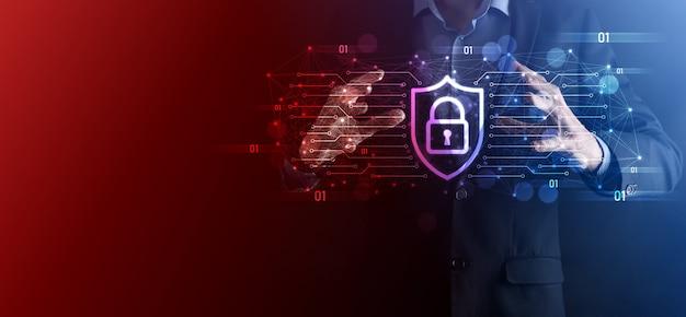 Schutz des netzwerksicherheitscomputers und sicheres datenkonzept, geschäftsmann mit schild schützen das symbol. schlosssymbol, konzept über sicherheit, cybersicherheit und schutz vor gefahren.