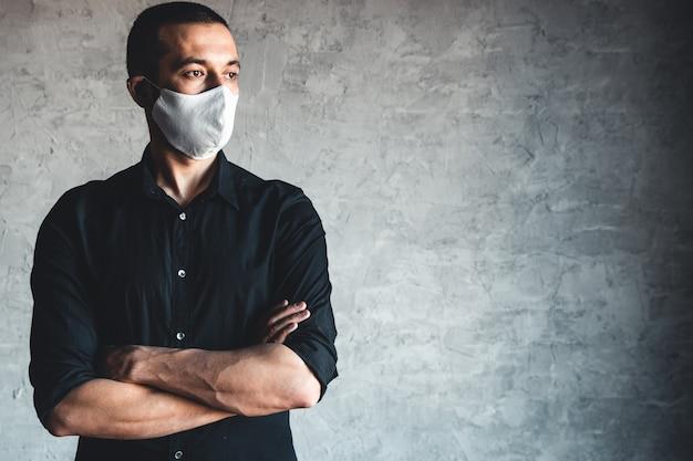 Schutz vor ansteckenden krankheiten, coronavirus. mann, der hygienemaske trägt, um infektion, luftgetragene atemwegserkrankungen wie grippe, 2019-ncov zu verhindern. pandemie, völkermord, gesundheit.