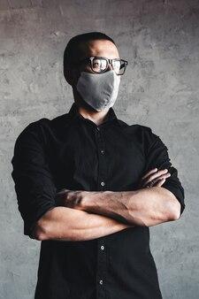 Schutz vor ansteckenden krankheiten, coronavirus. mann, der hygienemaske trägt, um infektion, luftgetragene atemwegserkrankungen wie grippe, 2019-ncov zu verhindern.