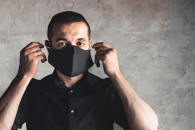 Schutz vor ansteckenden krankheiten, coronavirus. mann, der hygienemaske trägt, um infektion zu verhindern