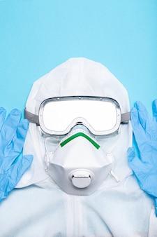 Schutzanzug gegen den ausbruch des coronavirus covid-19-virus. sicherheitsabnutzung isoliert auf blauem hintergrund