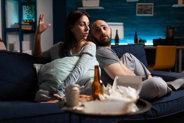 Schutzbedürftiges paar, das mit psychischen problemen zu kämpfen hat