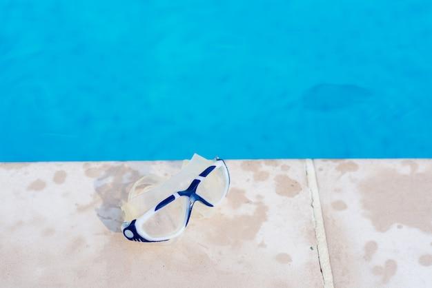 Schutzbrille am schwimmbad