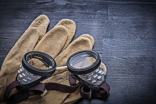 Schutzbrille an handschuhen